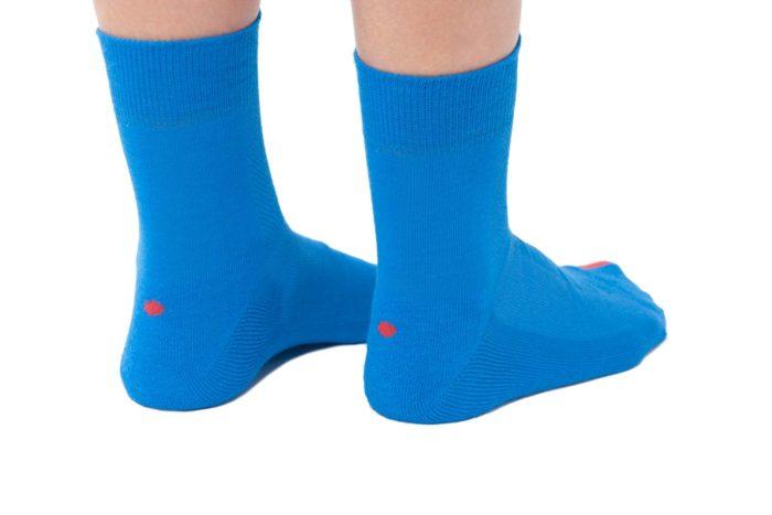 plus12socks Socken blau an Erwachsenen Füssen Hinteransicht